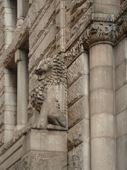 2009-03-30-courthouse-lion